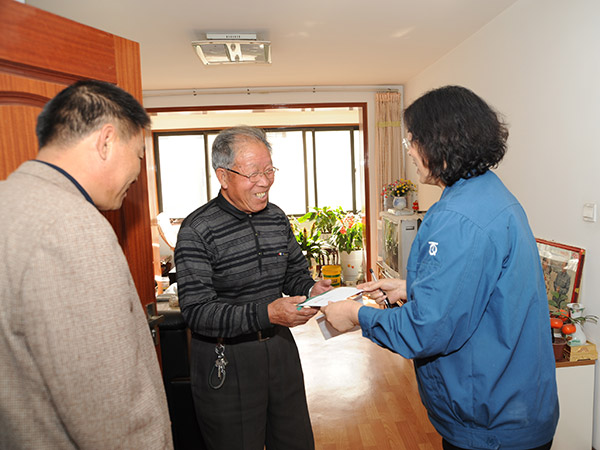 The company leaders visited the retired old leader and technician during the Double Ninth Festival