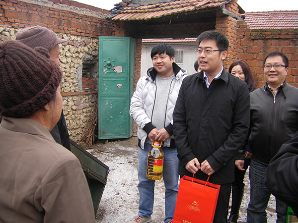 Group President Ji Jianyi visited the senior without family